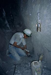 富の山と呼ばれる鉱山で働く男の写真素材 [FYI03975007]