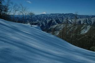 奥多摩からの富士山の写真素材 [FYI03975462]