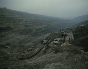 炭鉱露天堀の写真素材 [FYI03975885]