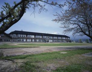 鳥海山の見える校庭の写真素材 [FYI03976304]