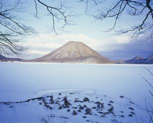 凍れる棒名湖の写真素材 [FYI03976362]