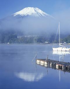 霧の山中湖 10月  山梨県の写真素材 [FYI03976453]