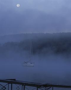 月光の山中湖 山中湖村 10月 山梨県の写真素材 [FYI03976465]