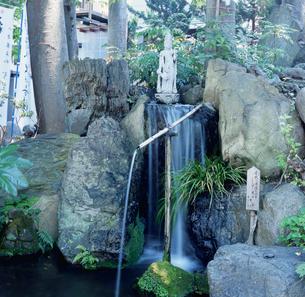 武甲山伏流水 秩父今宮神社の清流の滝の写真素材 [FYI03976538]