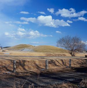 二子山古墳と冬空の写真素材 [FYI03976613]