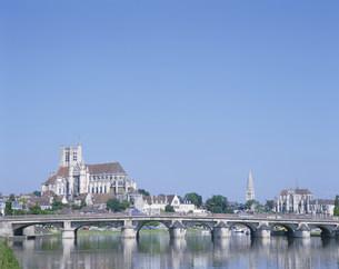 オーセールの街とヨンヌ川の写真素材 [FYI03977103]