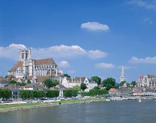 オーセールの町とヨンヌ川の写真素材 [FYI03977154]