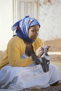 編み物をする女性の写真素材 [FYI03977160]