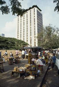 市場と高層ビルの写真素材 [FYI03977196]