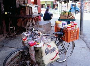 雑貨を積んだ自転車の写真素材 [FYI03977328]