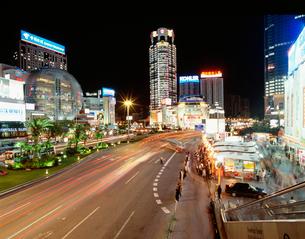 徐家匯駅のデパート街の夜景の写真素材 [FYI03977348]