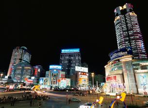 徐家匯駅のデパート街の夜景の写真素材 [FYI03977474]