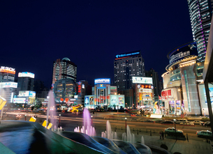 徐家匯駅のデパート街の夜景の写真素材 [FYI03977475]
