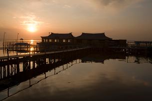 陽澄湖と蟹養殖場の夕景の写真素材 [FYI03977757]