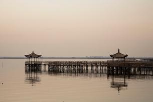 陽澄湖と蟹養殖場の夕景の写真素材 [FYI03977758]