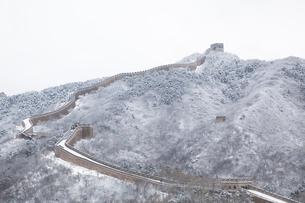 雪の万里の長城、八達嶺長城の写真素材 [FYI03977802]