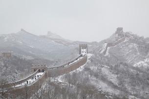 雪の万里の長城、八達嶺長城の写真素材 [FYI03977803]
