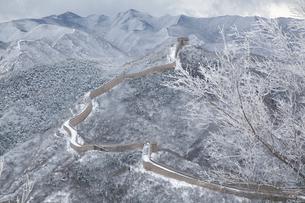 雪の万里の長城、八達嶺長城の写真素材 [FYI03977804]