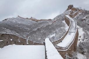 雪の万里の長城、八達嶺長城の写真素材 [FYI03977805]