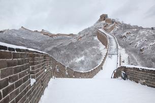 雪の万里の長城、八達嶺長城の写真素材 [FYI03977806]
