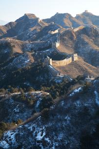 少し雪の積った万里の長城の金山嶺長城の写真素材 [FYI03977818]