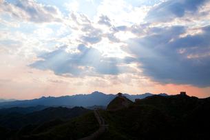 万里の長城の金山嶺長城から夕日を望むの写真素材 [FYI03977874]