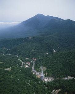 松尾村松川温泉と岩手山と松川地熱発電所の写真素材 [FYI03978037]