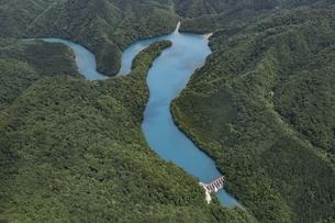 鎧畑ダム・秋扇湖の写真素材 [FYI03978079]