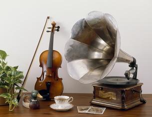 蓄音機とバイオリンの写真素材 [FYI03979974]