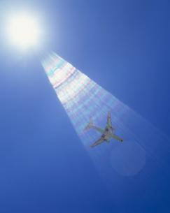 飛行機と光芒の写真素材 [FYI03980593]