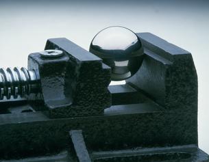 クランプと鋼球の写真素材 [FYI03980975]