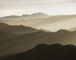 朝の山並の写真素材 [FYI03981158]
