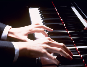 ピアノを弾く指の写真素材 [FYI03981160]