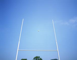 ラグビーのゴールとボールの写真素材 [FYI03981385]