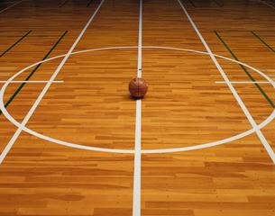 体育館のバスケットボールの写真素材 [FYI03981544]