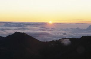 ハレアカラ火山の朝日の写真素材 [FYI03981571]