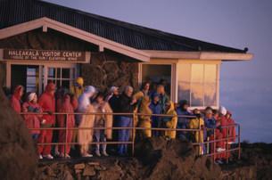 ハレアカラ山頂で日の出見学の写真素材 [FYI03981575]