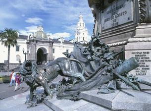 独立広場中央にある記念碑の写真素材 [FYI03981644]