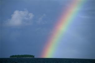 島と虹の写真素材 [FYI03981837]