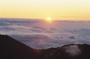 ハレアカラ火山の朝日の写真素材 [FYI03981848]
