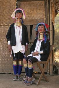 パダゥン族(首長族)の女性たちの写真素材 [FYI03982058]