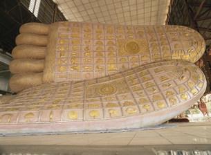 チャウッタッヂーパゴダの寝釈迦足の写真素材 [FYI03982089]