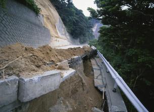 土砂崩れの道路の写真素材 [FYI03982420]