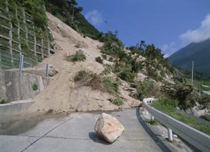 地震で崩れた道路の写真素材 [FYI03982421]