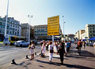 バス停の人達 ツールドフランスの注意看板の写真素材 [FYI03983066]