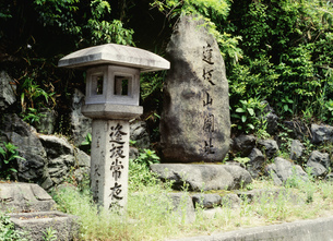 逢坂山常夜灯と関所址碑の写真素材 [FYI03983353]