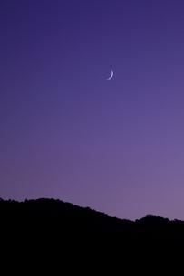 小倉山と月の写真素材 [FYI03983476]