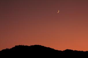 小倉山と月の写真素材 [FYI03983478]