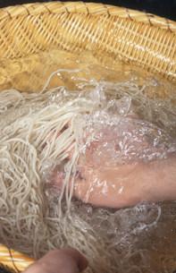 蕎麦の水洗い「大黒屋」の写真素材 [FYI03983553]