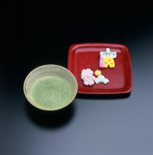 雛の干菓子と抹茶の写真素材 [FYI03983605]
